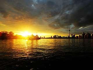 多伦多安大略湖畔灿烂无比的晚霞风光