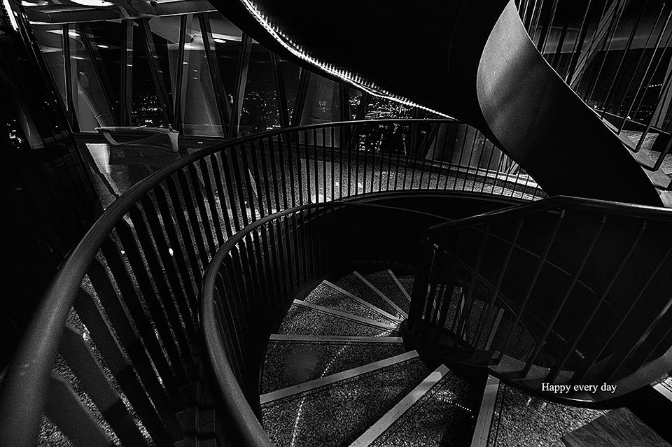 黑白摄影旋转楼道展现线之韵之美