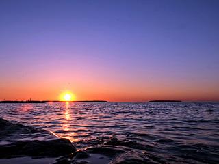 加拿大休伦湖迷人晚霞映红天