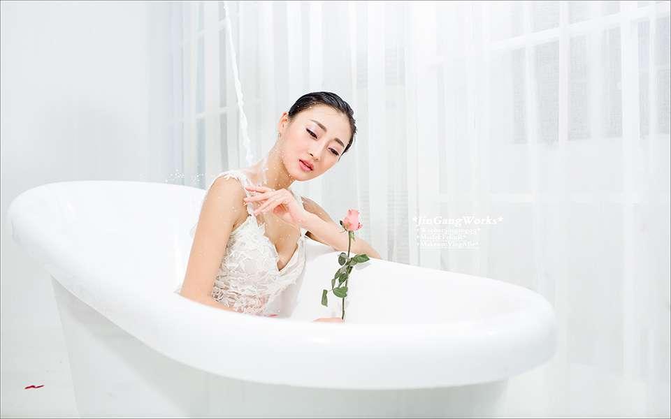 美女佳丽白色牛奶浴