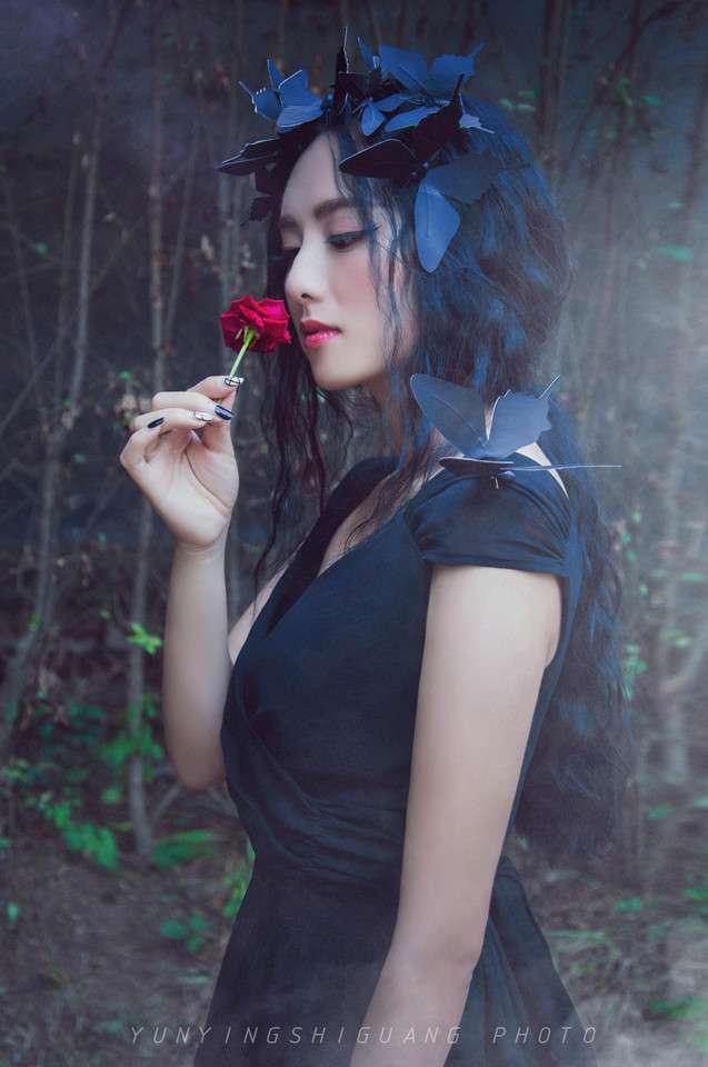 森系黑蝴蝶美女写真图片