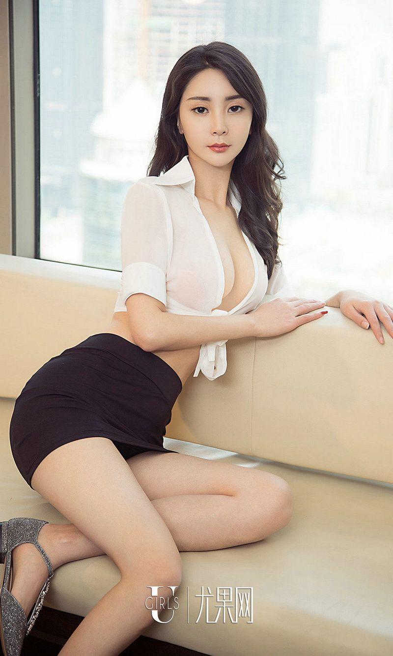 嫩模Lucy性感白衬衣配黑短裙秀完美身材