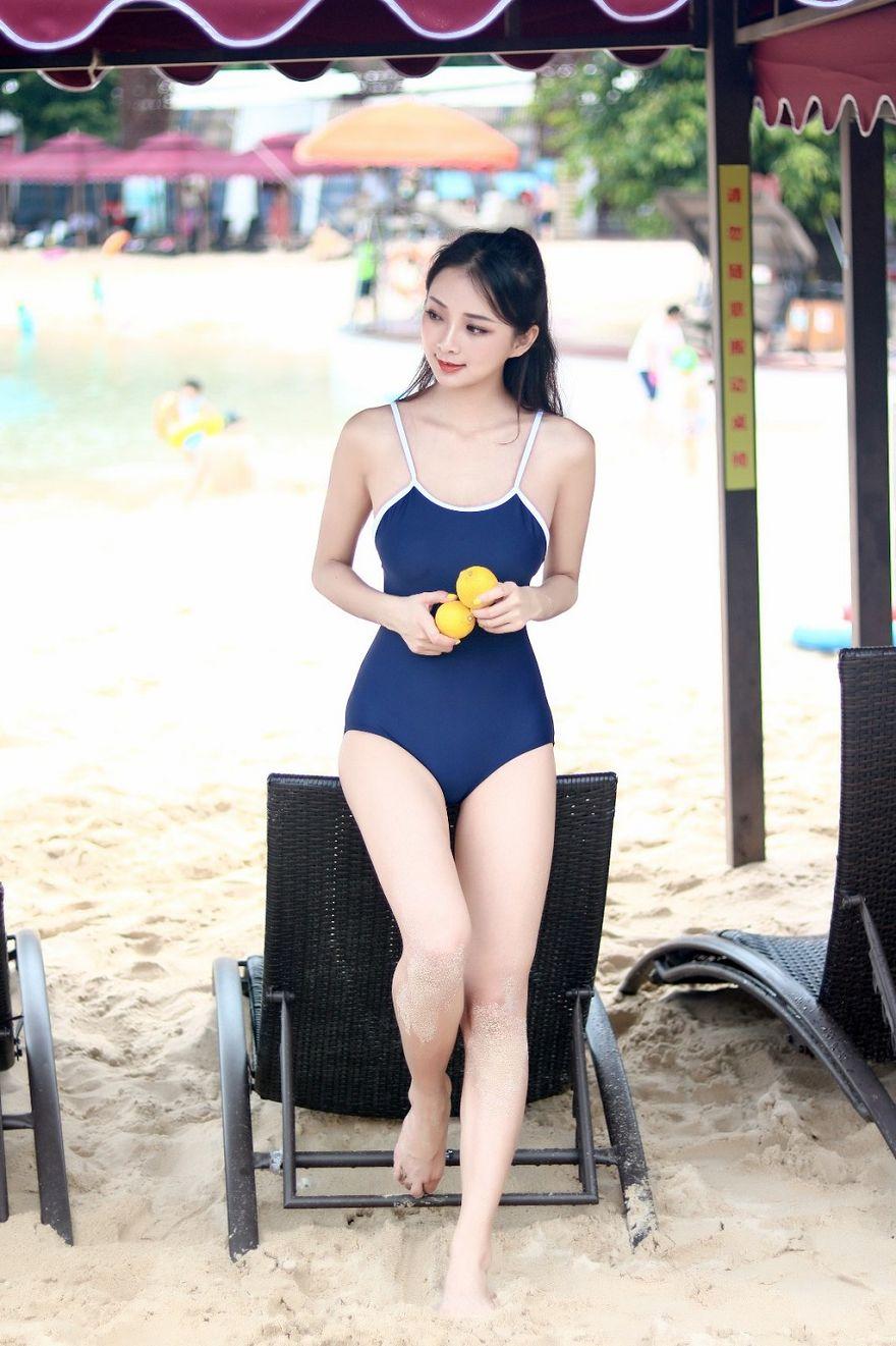 夏日戏水美女泳装沙滩摄影作品