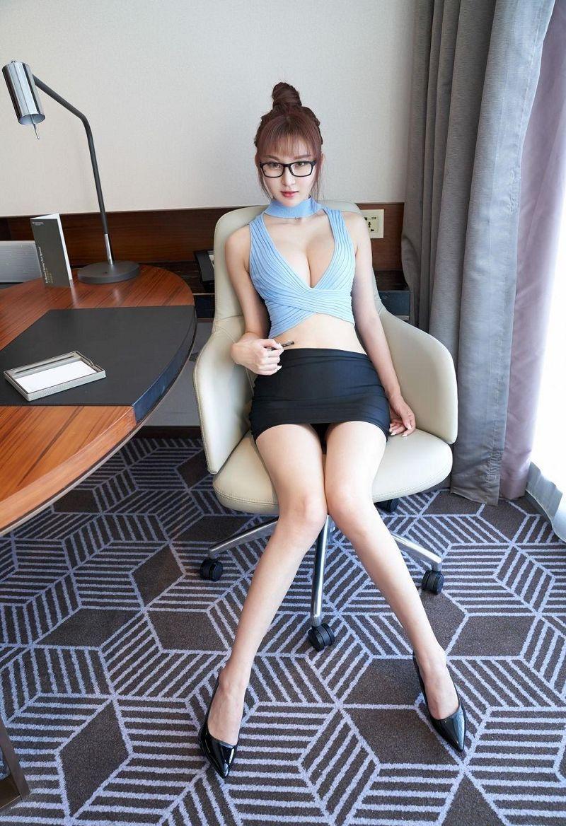 大胆美女秘书齐逼短裙性感图片