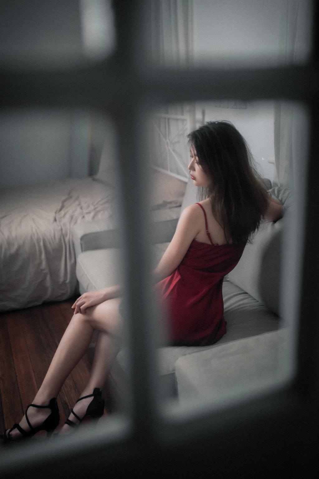 《花落知多少》红色睡衣私房写真图片