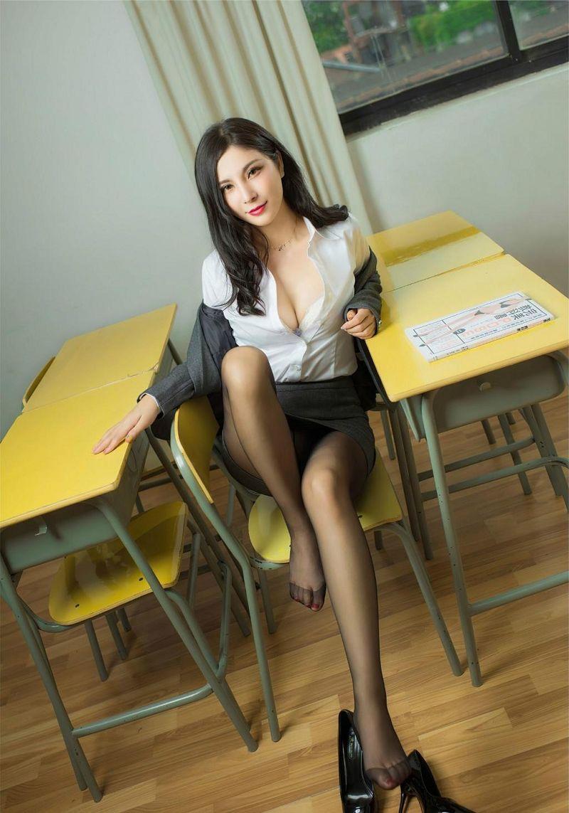 教室看书小姐姐漂亮又性感