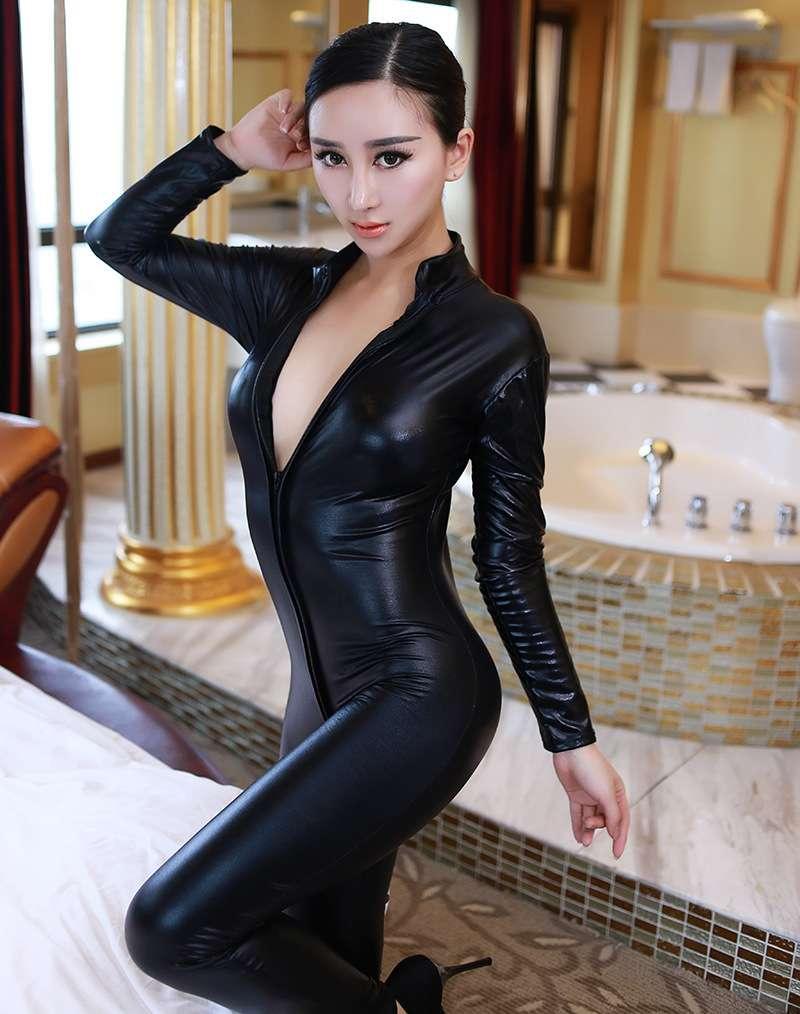 夜店美女开裆皮衣制服诱惑摄影写真