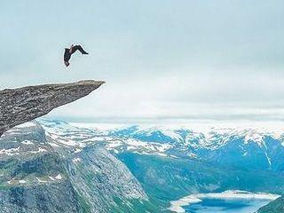 国外男子在挪威巨魔的舌头上表演腾空翻
