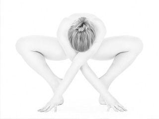 女性全裸练瑜伽黑白照片