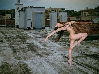 11名舞者的裸体舞蹈带人体艺术的新